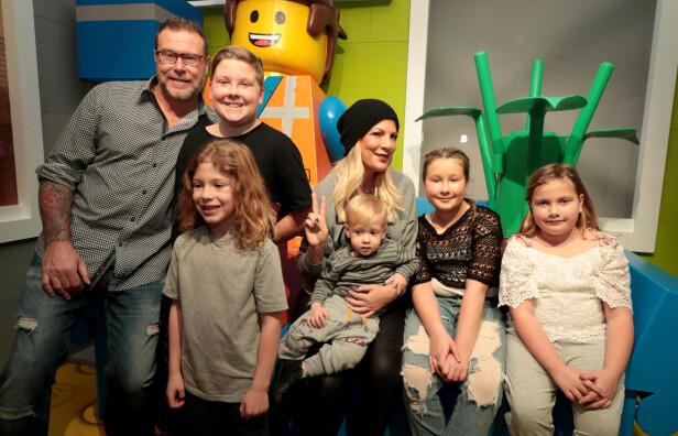 <strong>STOR FAMILIE:</strong> Tori Spelling og ektemannen Dean McDermott har hele fem barn sammen. Dean på sin side har også en sønn fra et tidligere forhold. Foto: NTB Scanpix