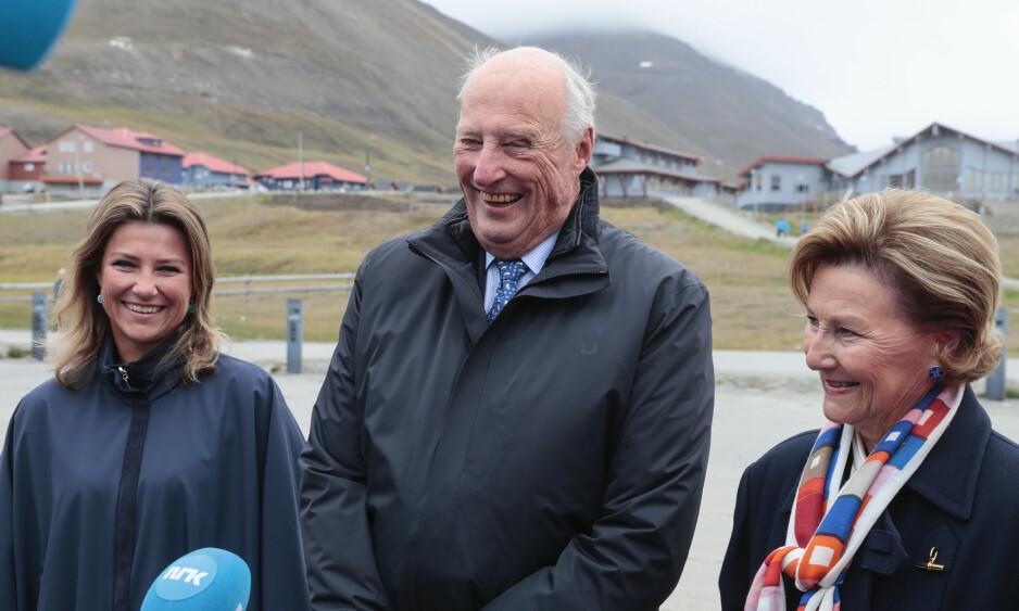 BEKREFTER: Kong Harald bekrefter nå at de er i dialog med dattera, prinsesse Märtha Louise, vedrørende hennes bruk av prinsessetittelen i kommersiell sammenheng. Foto: NTB scanpix