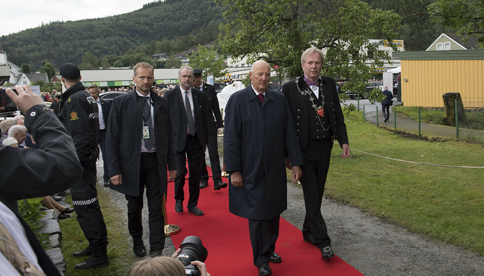 PÅ BESØK: Kongen var i dag på besøk til Jondal. Her er han fotografert med ordfører Jon Larsgård og fylkesmann Lars Sponheim. Foto: NTB scanpix