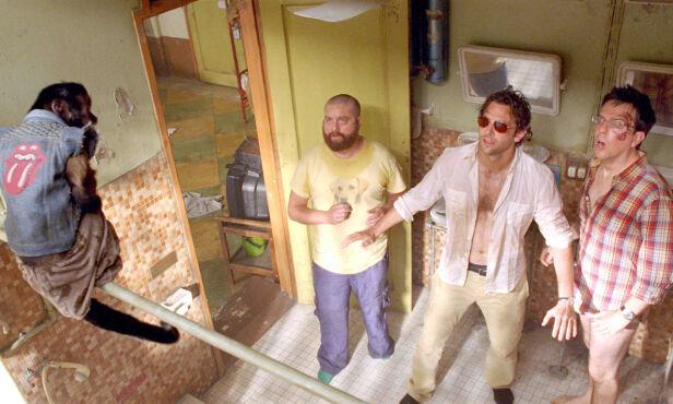 THE HANGOVER: Her er Zach Galifianakis avbildet sammen med Bradley Cooper og Ed Helms i filmen «The Hangover Part II». Foto: NTB scanpix