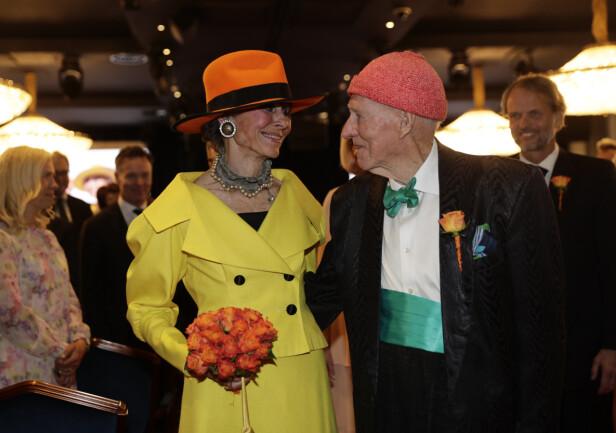 LYKKELIGE: Endelig er Olav Thon og Sissel Berdal Haga smidd i hymens lenker. Foto: NTB scanpix