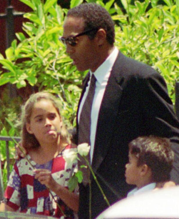 I BEGRAVELSEN: O.J. hadde med seg barna sine da ekskona hans ble gravlagt 16. juni i 1994. Foto: NTB scanpix