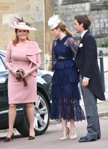 <strong>BRYLLUPSGJESTER:</strong> Kjæresteparet var gjester da Lady Gabriella Windsor giftet seg i mai, og ankom kapellet i Windsor med Beatrices mor. Foto: NTB Scanpix