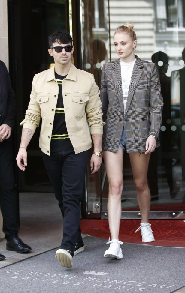 <strong>I PARIS:</strong> Her er Joe Jonas og Sophie Turner i Paris for det som etter alt å dømme skal være bryllupet deres nå til helgen. Foto: NTB Scanpix
