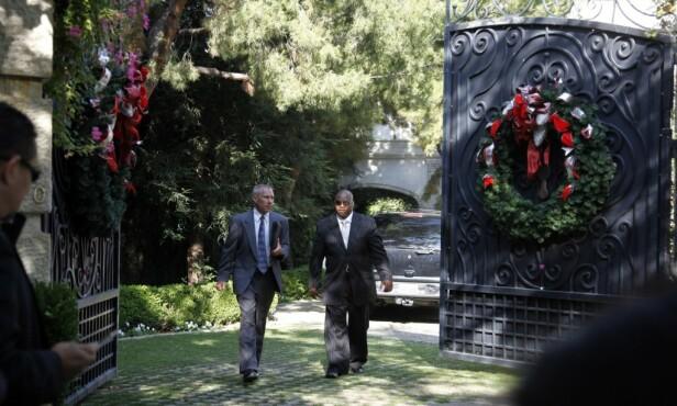 DEN GANG DA: Etterforskere avbildet på vei ut av eiendommens port samme dag som Michael Jackson døde. Foto: NTB Scanpix