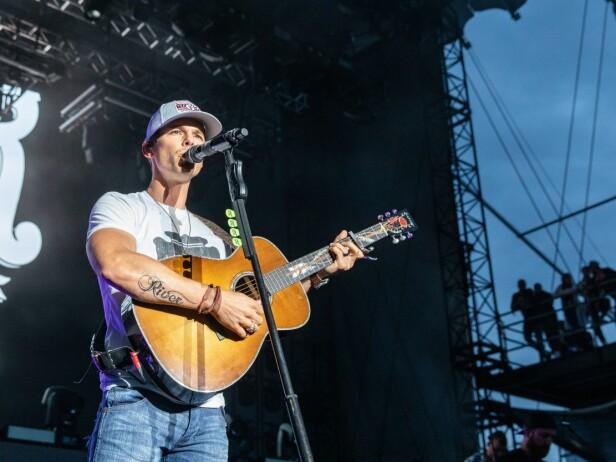 TILBAKE PÅ SCENEN: Countrystjernen Granger Smith returnerte søndag tilbake til scenen under LakeShake Country Music Festival. Der viste han også frem sin nye tatovering av navnet til den avdøde sønnen, River. Foto: NTB scanpix