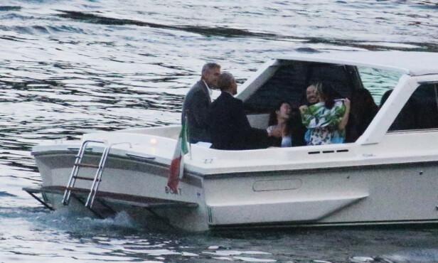 GODT SELSKAP: Clooney-paret og Obama-familien tok sjøveien for å få seg en matbit søndag kveld. Foto: NTB Scanpix