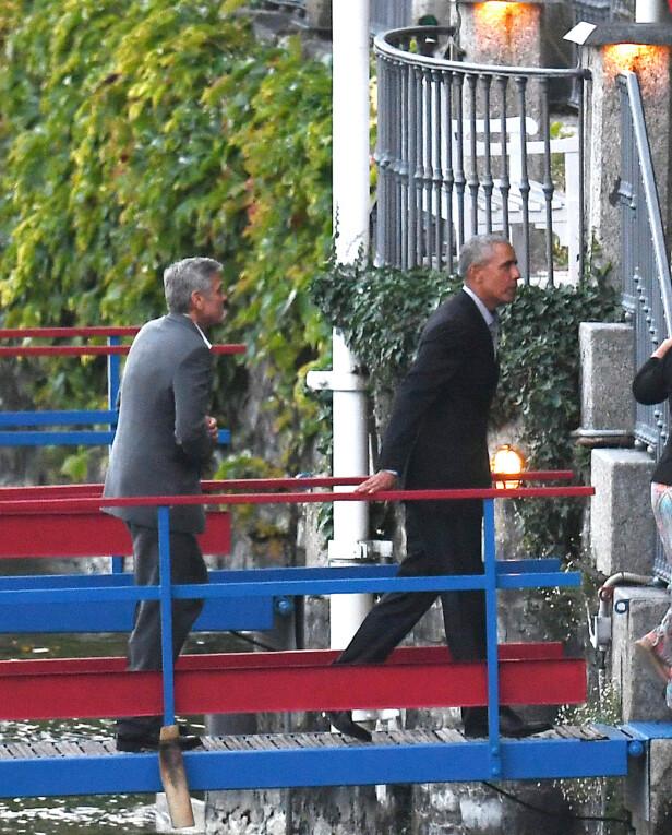 GÅR I LAND: USAs tidligere president og skuespillerkjekkasen George Clooney går i land etter båtturen for å få seg en matbit søndag 23. juni. Foto: NTB Scanpix