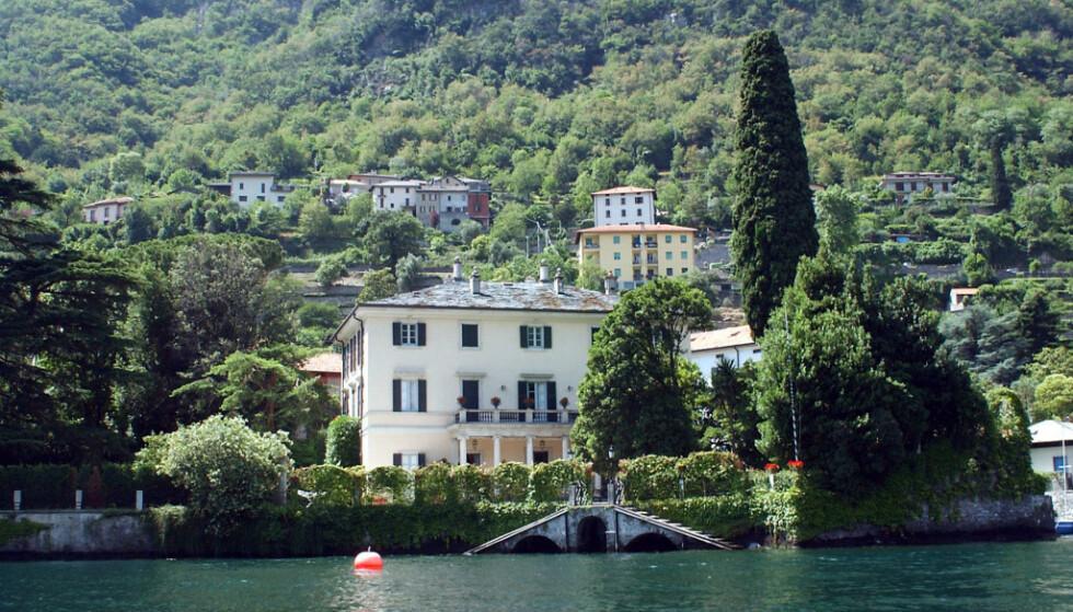 ITALIENSK IDYLL: Sommerhuset ligger idyllisk til rett ved sjøen. Foto: NTB Scanpix