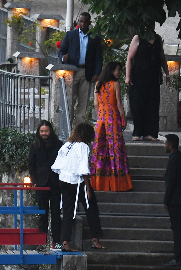 VENNINNER: Her er Amal Clooney og Michelle Obama på vei til middag på søndag. Obama er klassisk antrukket i sort og hvitt. Foto: NTB Scanpix