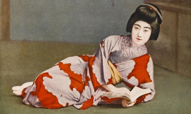 KIMONO: Drakten Kimono er den tradisjonelle japanske nasjonaldrakten. Drakten svøpes rundt kroppen, alltid med den venstre siden over mot høyre og holdes på plass av et bredt klesbelte som bindes sammen bak på ryggen. Foto: NTB scanpix