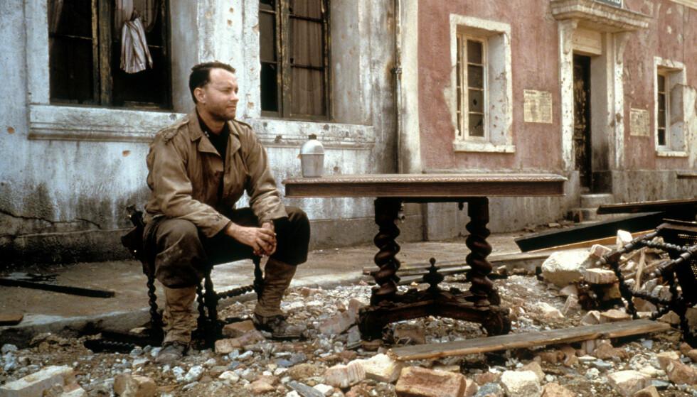KRIGSFILM: Tom Hanks bestemte seg tidlig for at han ikke ville settes i bås og bare spille romantiske komedier. Her fra krigsfilmen «Saving Private Ryan». Foto: NTB Scanpix
