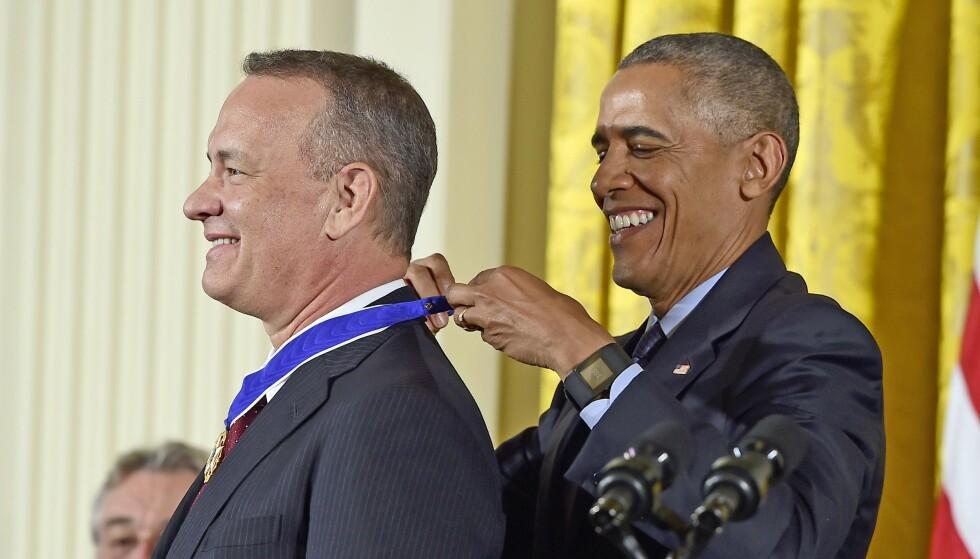 HEDRET: I 2016 ble Tom Hanks belønnet med «Medal of Freedom» - den høyeste heder alminnelige mennesker kan oppnå i USA. Barrack Obama er blant skuespillerens private venner. Foto: NTB Scanpix