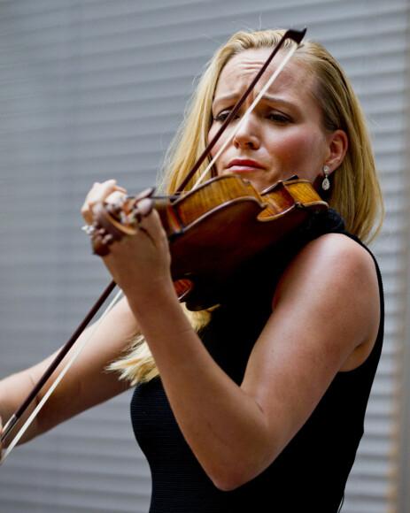 <strong>FIOLINIST:</strong> Marte Krogh er en av Norges mest kjente fiolinister. De siste årene har hun for alvor tatt steget inn i motebransjen, og spiller ikke like mye. Til høsten har hun imidlertid tatt på seg et par spilleoppdrag igjen. Her avbildet under en konsert i 2014. Foto: NTB Scanpix