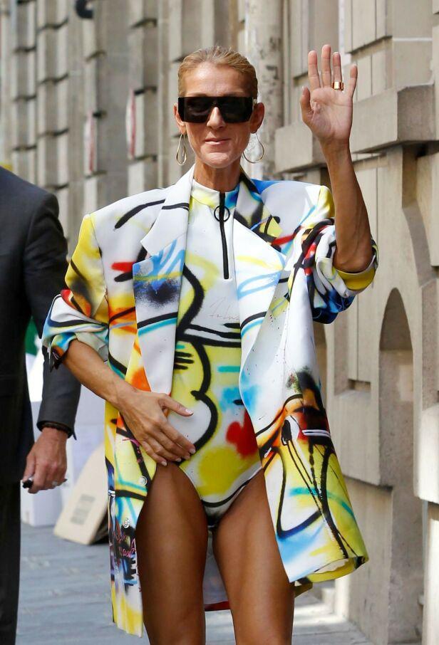 KASTET KLÆRNE: Celine Dion dukket like godt opp i trusa på gata i Paris i helgen. Foto: NTB Scanpix