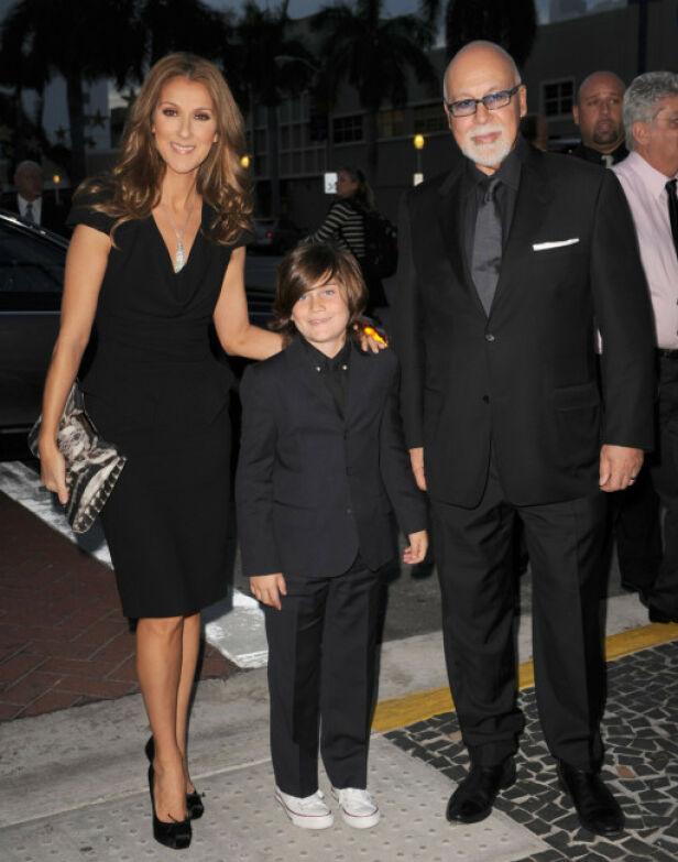 ENKEL STIL: Céline Dion avbildet sammen med ektemannen og sønnen René-Charles i 2010, den gang med en mer nedtonet stil enn hun kjører i disse dager. Foto: Splash News/ NTB scanpix
