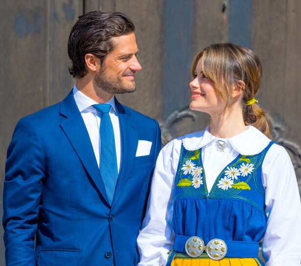 <strong>SMÅBARNSFORELDRE:</strong> Prins Carl Philip og prinsesse Sofia kunne i 2017 fortelle at hverdagen som småbarnsforeldre var preget av våkenetter og bleieskift. Foto: NTB scanpix
