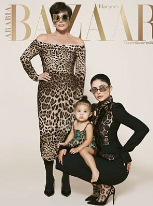 DEBUTERER: I juli/august-utgaven av Harper's Bazaar Arabia pryder Kylie Jenner forsiden sammen med moren Kris Jenner (63) og datteren Stormi Webster (17 mnd). Faksimile: Harper's Bazaar Arabia