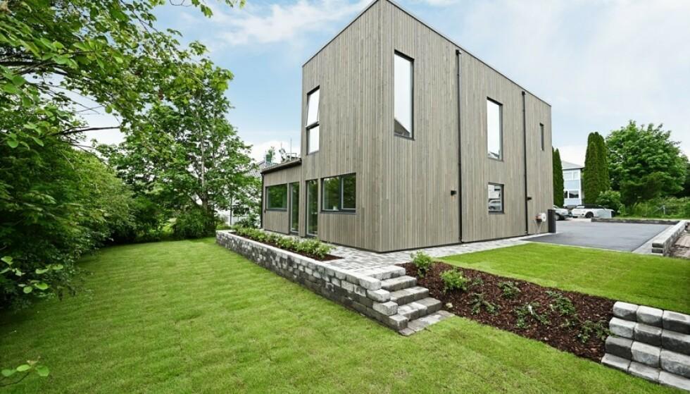 STOR HAGE: Boligen byr på en stor hage i tillegg til to takterasser. Foto: Kristian T. Bollæren / Z-eiendom