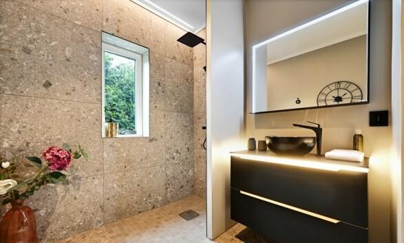 DELIKAT: Boligens hovedbad ligger i husets underetasje og har lekre fliser. Foto: Kristian T. Bollæren / Z-eiendom