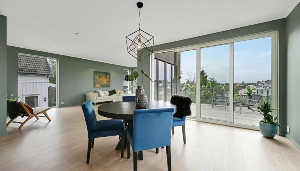 ROMSLIG: Boligens stue og kjøkken ligger i 2. etage og får rikelig med sollys fra de store vinduene. Foto: Kristian T. Bollæren / Z-eiendom