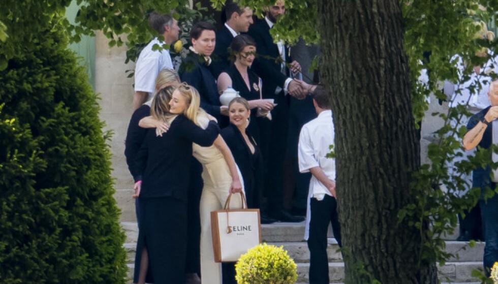 <strong>GLAD:</strong> Sophie Turner så ut til å være glad for å hilse på gjestene sine da de ankom slottet i Sør-Frankrike for den store bryllupshelgen. Foto; NTB Scanpix