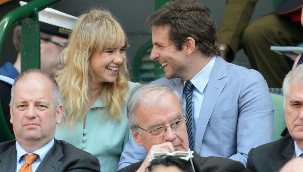 TURTELDUER: Det er ingen tvil om at Bradley Cooper og Suki Waterhouse så svært forelsket ut da de ble avbildet i 2013. Foto: NTB Scanpix