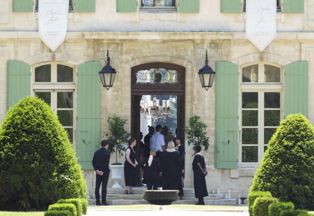 LUKSUS: Legg merke til at Chateau de Tourreau var pyntet med hvite bannere med brudeparets fornavn og bryllupsdato! Foto: Splash News/ NTB scanpix