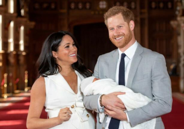 LYKKELIGE FORELDRE: Hertugparet strålte da de viste frem den nyfødte sønnen for første gang i mai. Foto: NTB scanpix