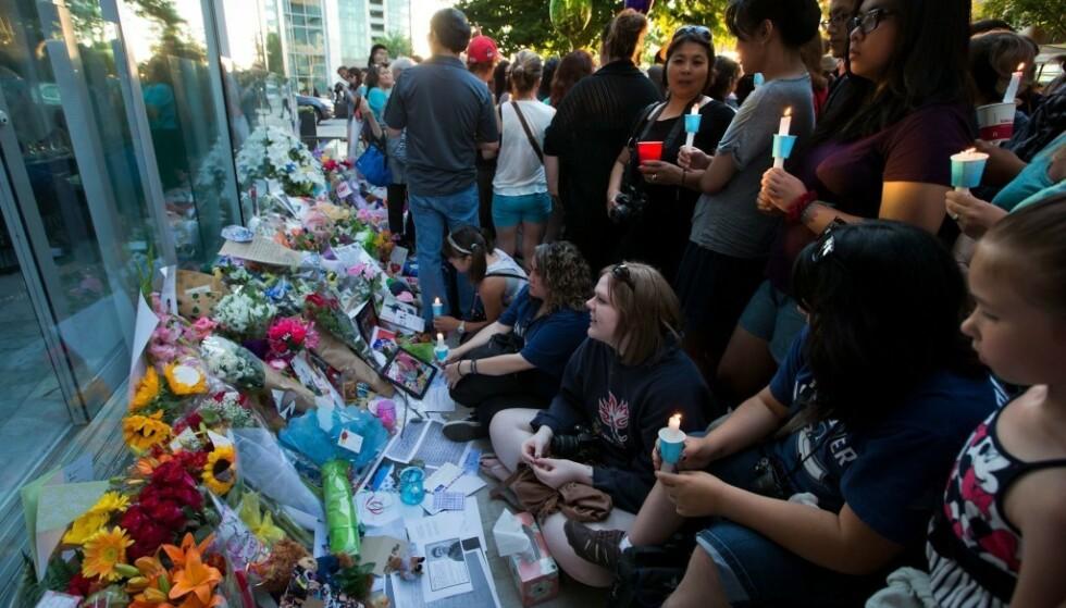 STOR SORG: Hundrevis av fans møtte opp utenfor hotellet i Vancouver der stjernen døde. Foto: NTB scanpix