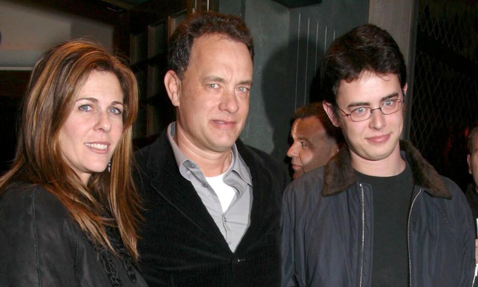 REKORDFART: Som 20-åring flyttet Tom Hanks inn med ungdomskjæresten. Som 21-åring ble han far, og innen han var 22 var han gift. Her med sin nåværende kone, Rita Wilson, og sin første sønn, Colin Hanks, i 2002. Foto: NTB Scanpix