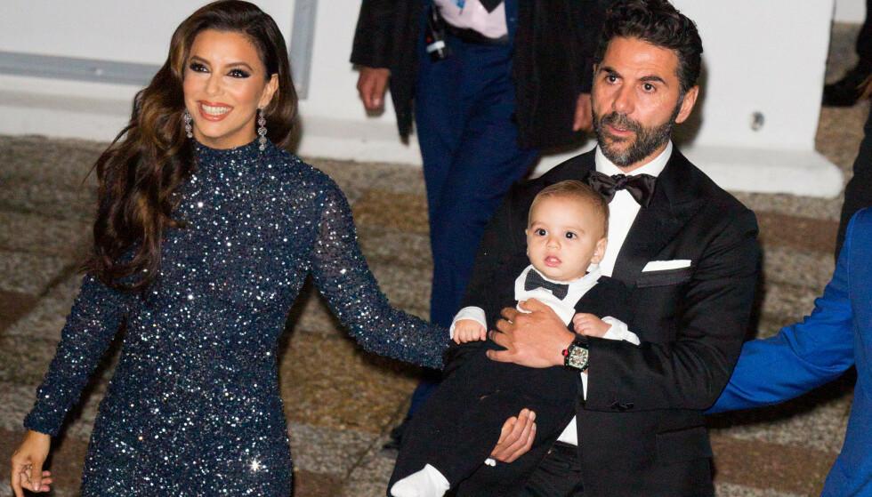 LYKKELIG FAMILIE: Eva Longoria og ektemannen nyter tiden som småbarnsforeldre. Her er stjerneduoen avbildet sammen med sønnen Santiago i Cannes i mai. Foto: NTB Scanpix