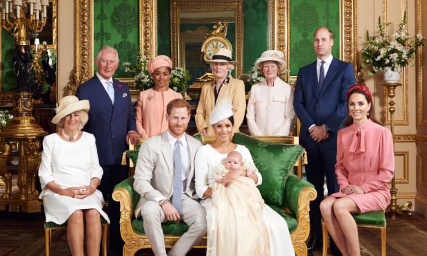 NYTT BILDE: Store deler av den britiske kongefamilien var med på det nye dåpsbildet - også Dianas søstre. Foto. NTB Scanpix