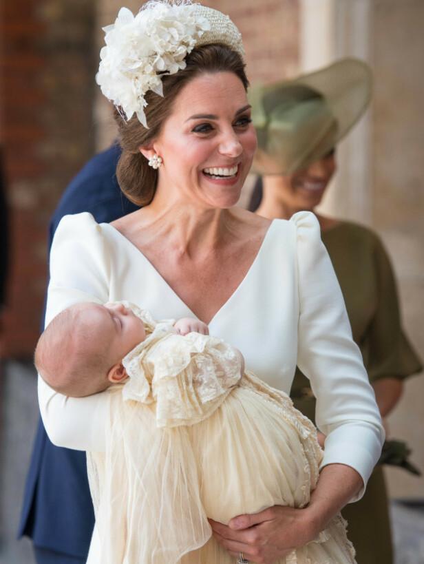 SAMME KJOLE: Prins William og hertuginne Kates sønn Louis ble døpt i fjor. Lørdag ble fetteren etter alt å dømme døpt i samme kjole. Foto: NTB Scanpix