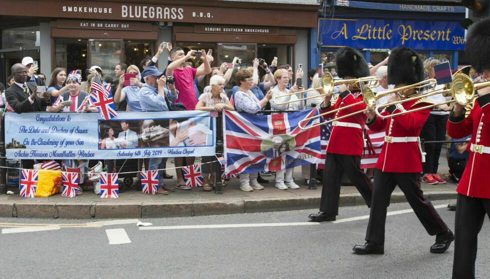 FOLKEFEST; Det var mange som hadde møtt opp i Windsor lørdag for å forsøke å få et glimt av lille Archie. Foto: NTB Scanpix