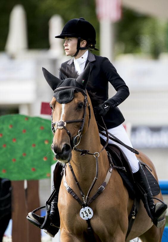 HABIL RYTTER: Mary-Kate Olsen har flere ulike hester hun konkurrerer med. Her avbildet på banen i Madrid i mai. Foto: NTB scanpix