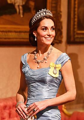 2018: I anledning fjorårets bankettmiddag tok hertuginne Kate på seg tiaraen og øredobbene som tidligere tilhørte prinsesse Diana. Foto: NTB Scanpix