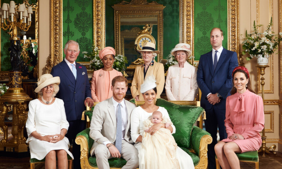 HEDRET SIN AVDØDE SVIGERMOR: Under helgens dåp av prins Harry og hertuginne Meghans sønn, Archie, hadde hertuginne Kate tatt på seg en helt spesiell detalj for anledningen. Foto: NTB Scanpix