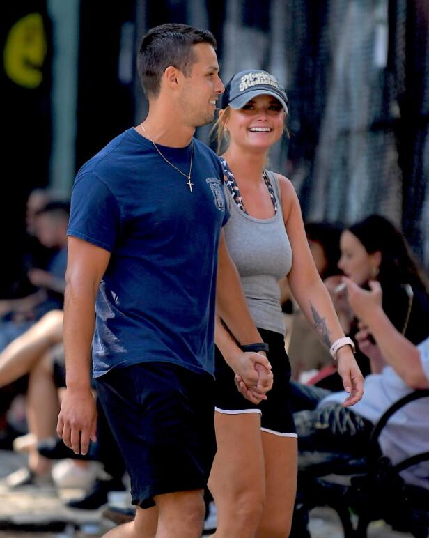 HOLDER HENDER: Miranda Lambert og hennes 8 år yngre politi-ektemann så svært forelsket ut i New York nylig. Foto: NTB Scanpix