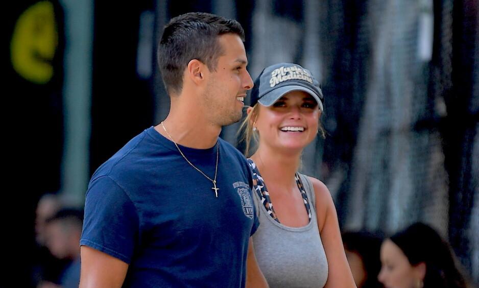 HÅND I HÅND: Countryartisten Miranda Lambert og ektemannen Brendan McLoughlin ble observert hånd i hånd på gata i New York denne uken. Foto: NTB Scanpix