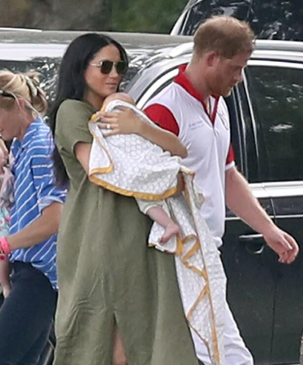 <strong>FIN TRIO:</strong> Her holder hertuginne Meghan sønnen Archie med sin kjære ektemann og barnefar prins Harry ved sin side. Foto: NTB Scanpix