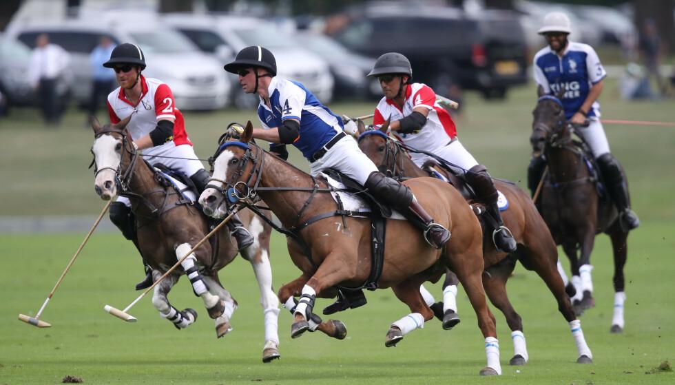<strong>I AKSJON:</strong> Prins Willam og prins Harry var to av deltakerne under veldedighetskampen i polo. Foto: NTB Scanpix