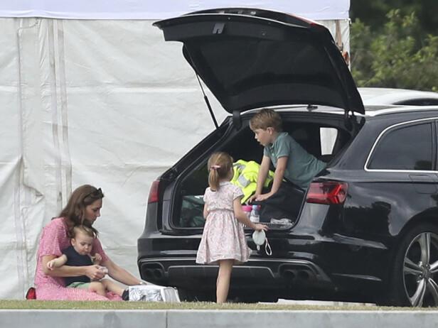 <strong>STOR HEIAGJENG:</strong> Hertuginne Kate tok like så godt med seg de tre barna prins Louis, prins George og prinsesse Charlotte for å heie på prins William. Foto: NTB Scanpix