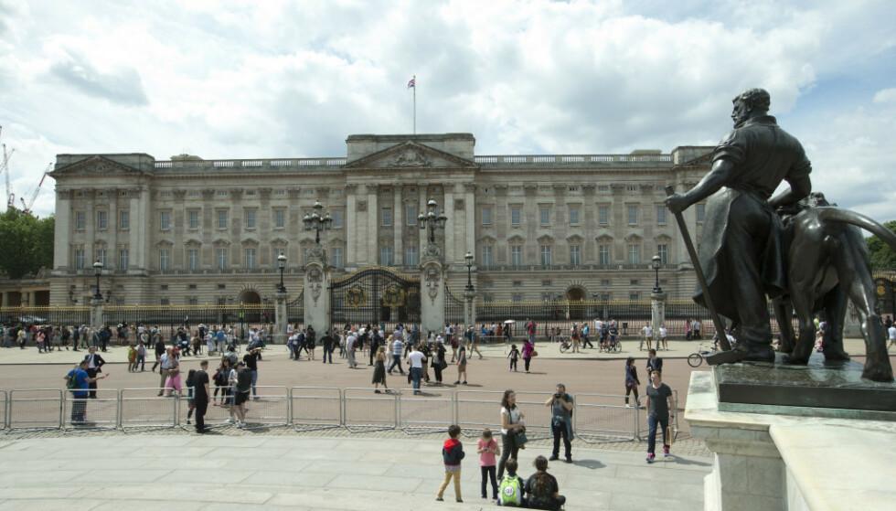 DRONNINGENS RESIDENS: Det var her, på Buckingham Palace sentralt i London, innbruddet skjedde. Foto: NTB Scanpix