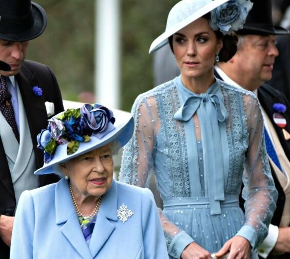 VAR HJEMME: Dronnningen var hjemme på Buckingham Palaca da innbruddet skjedde. Her avbildet med hertuginne Kate på Cambridge Royal Ascot i juni. Foto: NTB Scanpix