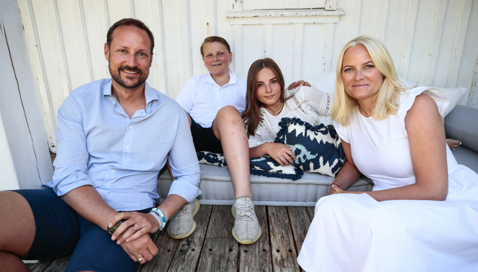 FAMILIEN SAMLET: Kronprins Haakon, kronprinsesse Mette-Marit, prinsesse Ingrid Alexandra og prins Sverre Magnus har ferie på landstedet på Dvergsøya utenfor Kristiansand. Foto: Lise Åserud / NTB scanpix