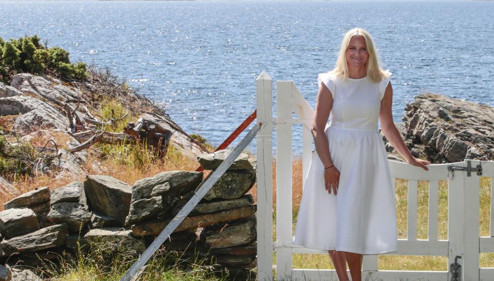 PÅ GAMLE TRAKTER: Kronprinsessen er i hjemlige omgivelser på Dvergsøya. Foto: NTB Scanpix