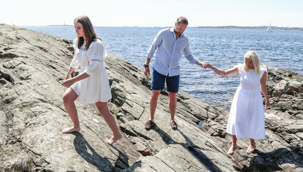 EN HJELPENDE HÅND: Kronprins Haakon hjelper sin kone opp på fjellet. Foto. NTB Scanpix