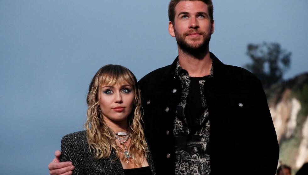 EKKEL OPPLEVELSE: Miley Cyrus fikk et ubehagelig møte med en ukjent mann i Barcelona nylig, Ektemannen Liam Hemsworth (t.h.) var til stede under opptrinnet. Foto: NTB Scanpix.