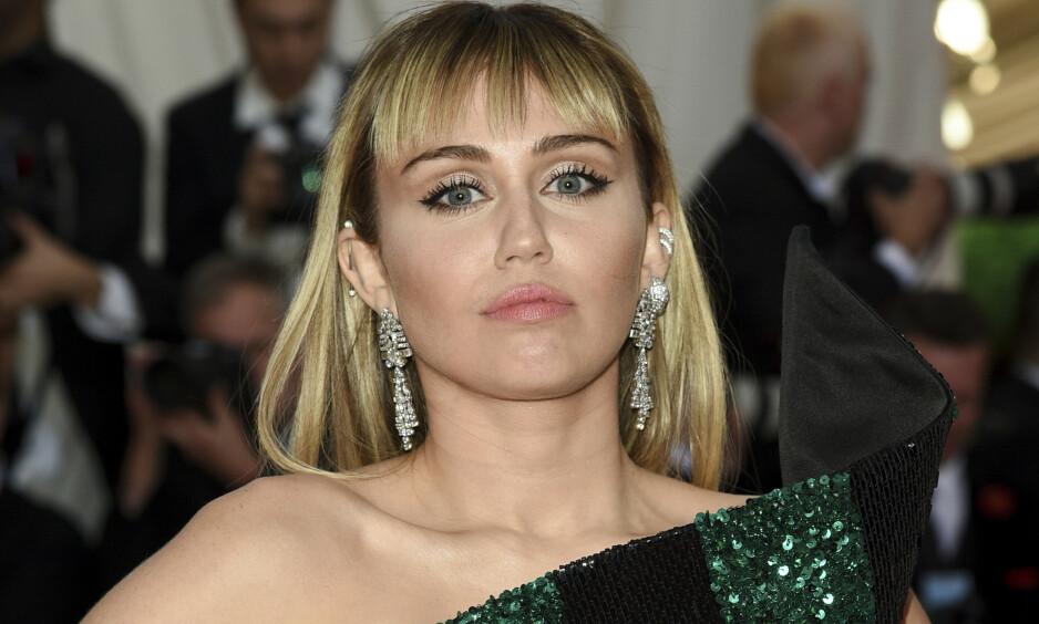TRIST NYHET: Miley delte onsdag den triste nyheten om at hennes kjære kjælegris «Pig Pig» hadde gått bort. Foto: NTB Scanpix.